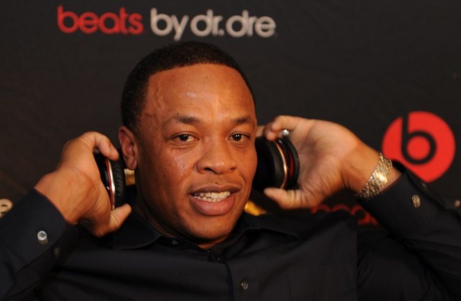 1/7/2009 Las Vegas Nevada, CES -- Dr. Dre, record producer/rapper shows off his new headphones. Note- Mike Snider is writing something on this. Photo by Tim Loehrke, USAToday (Via MerlinFTP Drop)